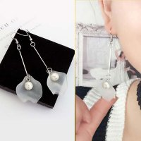 Leaves Asymmetrical Long Paragraph Pearl Earrings - White