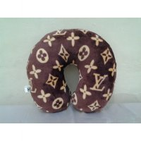 Bantal leher / bantal traveling / travel pillow motif LV warna coklat
